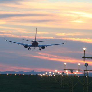 Parking Balice, startujący samolot