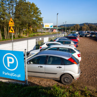 Parking Balice, samochody na parkingu przy lotnisku Balice