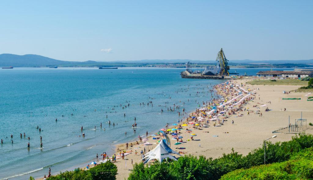 Widok na plażę i wybrzeże w Burgas w Bułgarii