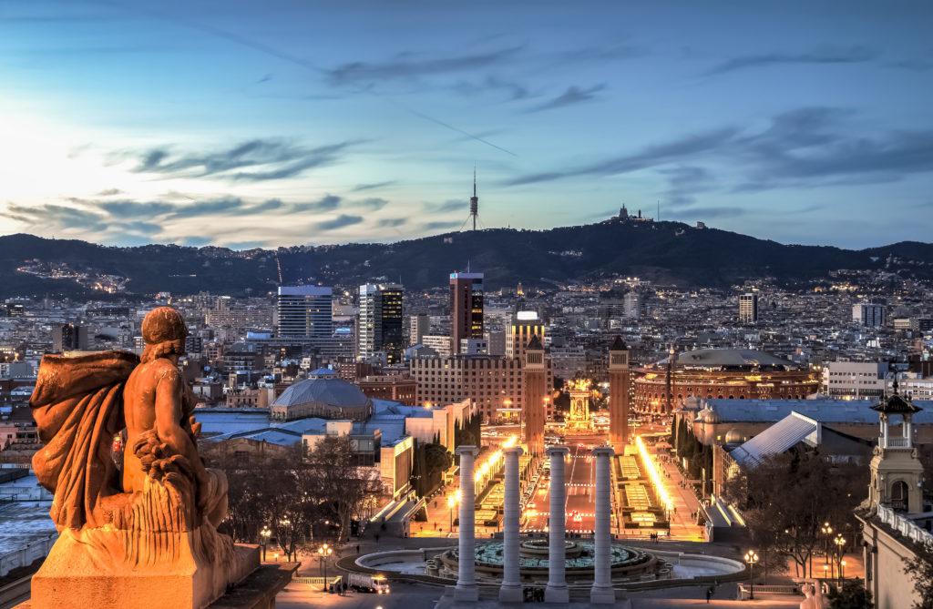 Widok na Avenida de la Reina María Cristina w Barcelonie.