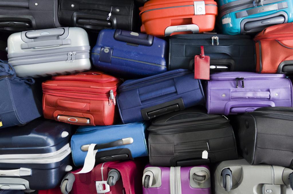 Walizki oraz bagaże przygotowane do transportu samolotem.